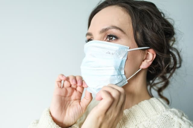 How to adjust face mask to best cover protect face nose mouth mucous membranes